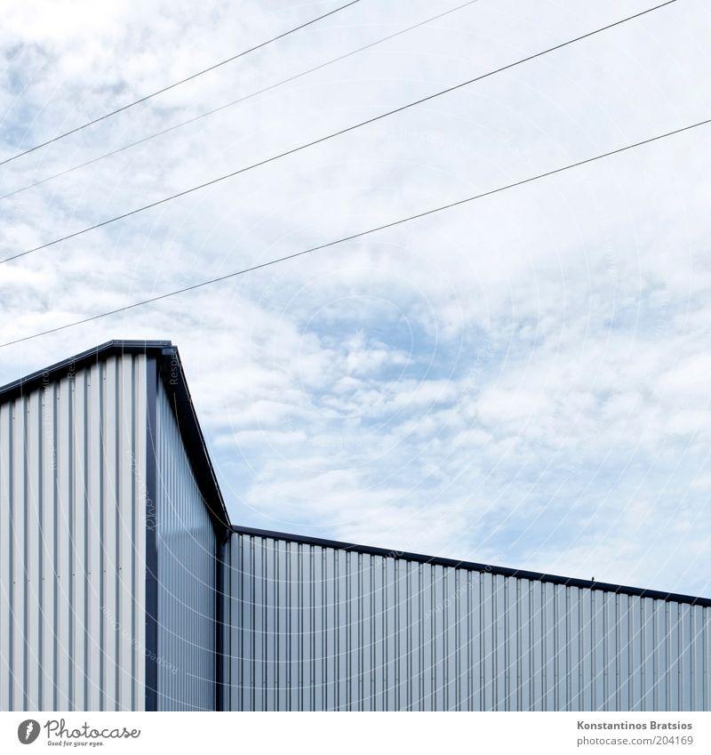 ein vogel, zickzack und diagonal Himmel Wolken Gebäude Halle Lager Industriebau Fassade Fassadenverkleidung eckig einfach blau grau silber Hochspannungsleitung