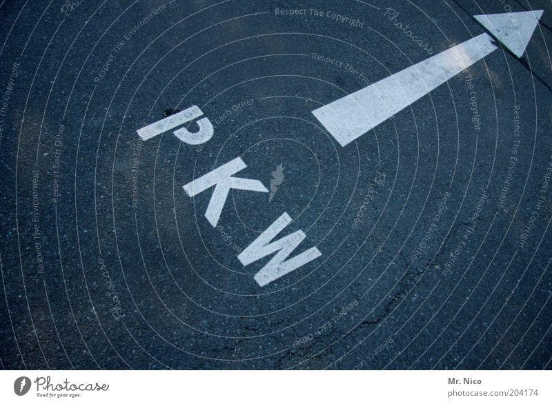 Privat-und Körperschaftswald grau PKW Ordnung Ziel Asphalt Pfeil Richtung Verkehrswege Parkplatz Personenverkehr Fahrbahn zielstrebig Schilder & Markierungen geradeaus Zielvorstellung Fahrbahnmarkierung