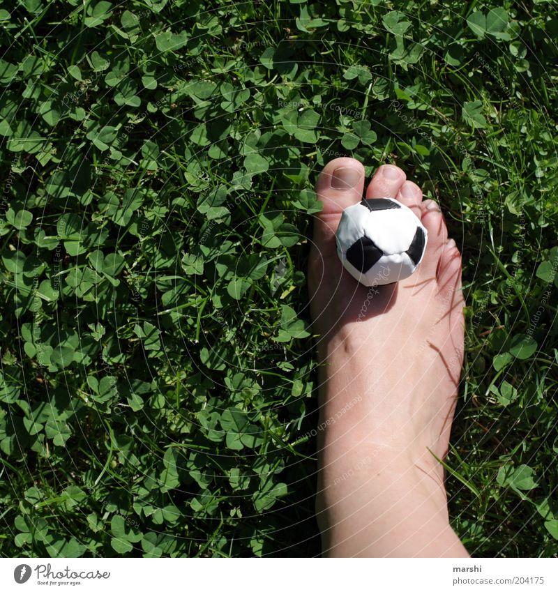 just kick it! Natur grün Pflanze Freude Wiese Sport Spielen Gefühle klein Garten Fuß Stimmung Freizeit & Hobby Fußball Junge Frau Ball