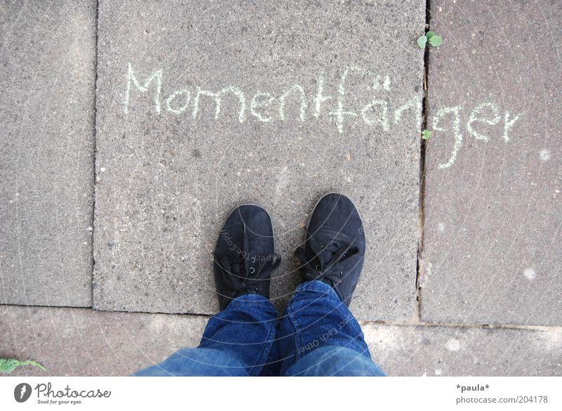 Momentfänger Mensch blau schwarz natürlich grau Beine Fuß Zufriedenheit stehen Schuhe Lebensfreude einfach Jeanshose Momentaufnahme Identität stagnierend