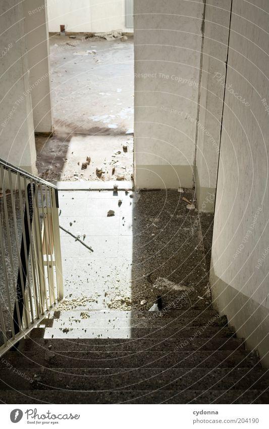Lichtdurchlässig ruhig dreckig Tür Zeit Treppe offen Ende Häusliches Leben Vergänglichkeit geheimnisvoll Vergangenheit abwärts Renovieren Treppengeländer