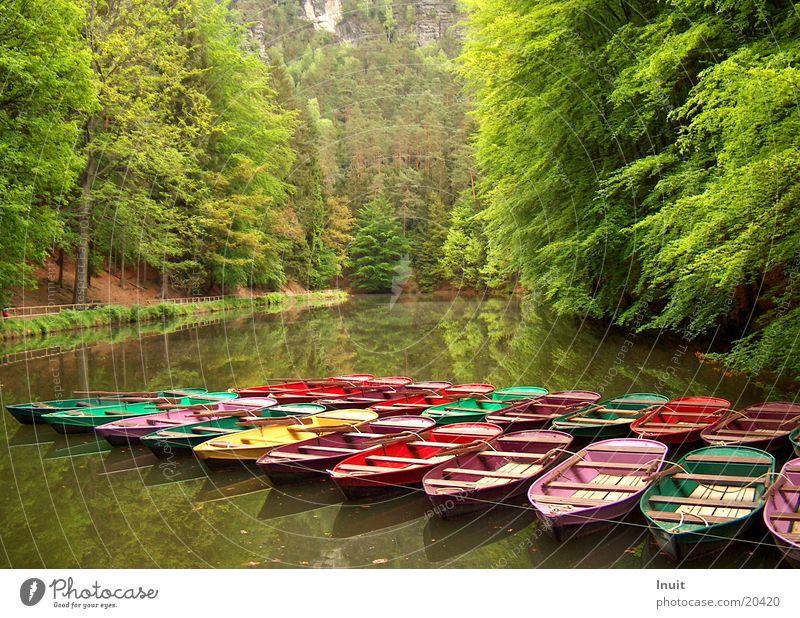 Bunte Boote Wasser ruhig Schifffahrt Gebirgssee
