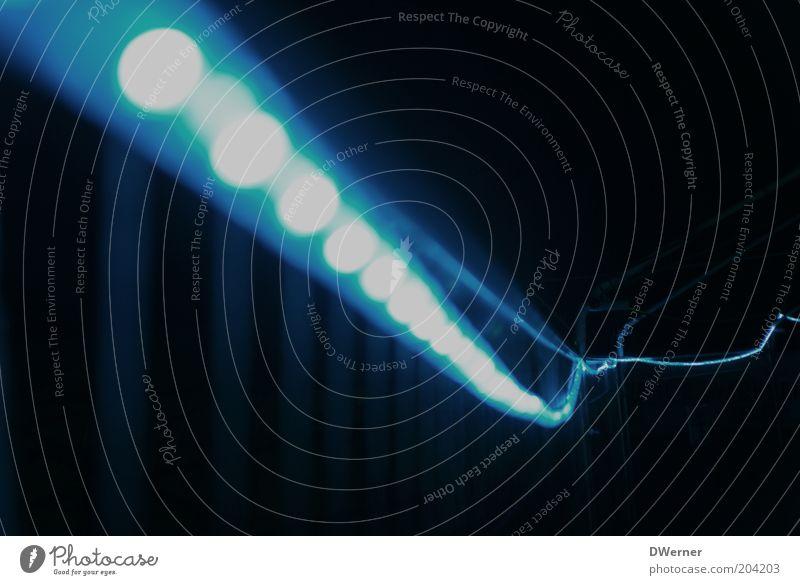 ich häng schon mal die Girlanden auf! Linie Streifen hängen leuchten blau Schlauch Lichtschlauch Beleuchtung Lampe Lichterkette Lichterscheinung Lichtstrahl