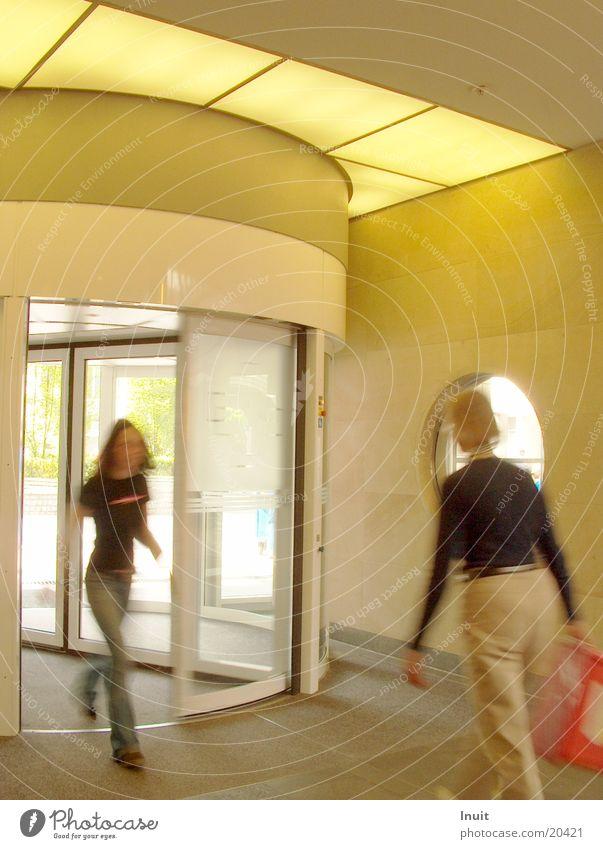 Kommen & Gehen Architektur Eingang Ausgang Drehtür