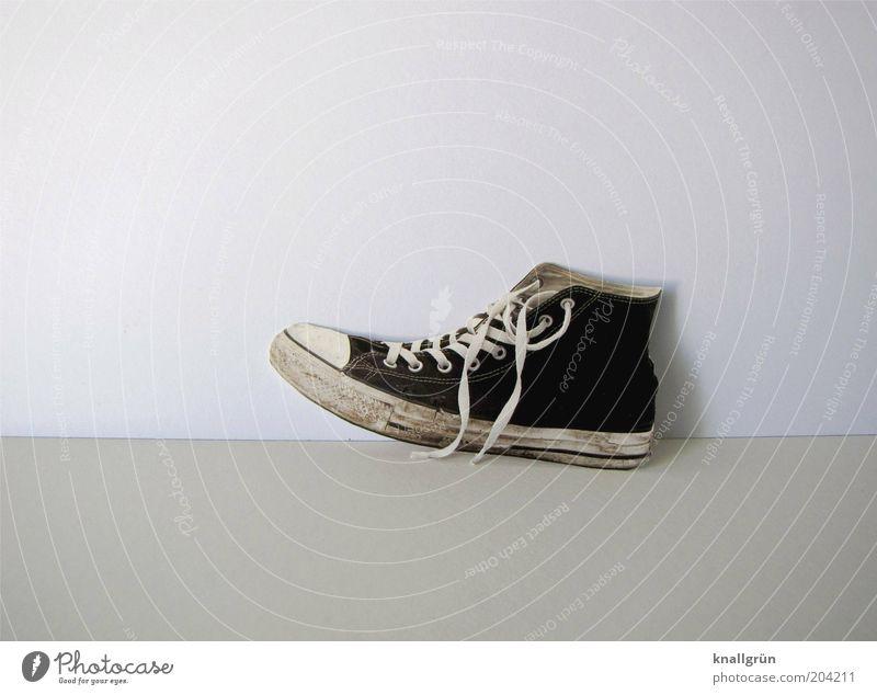Einzelgänger Jugendliche alt weiß schwarz grau Mode Schuhe dreckig modern Schnur einzigartig trendy Turnschuh Chucks Schuhbänder Schwarzweißfoto