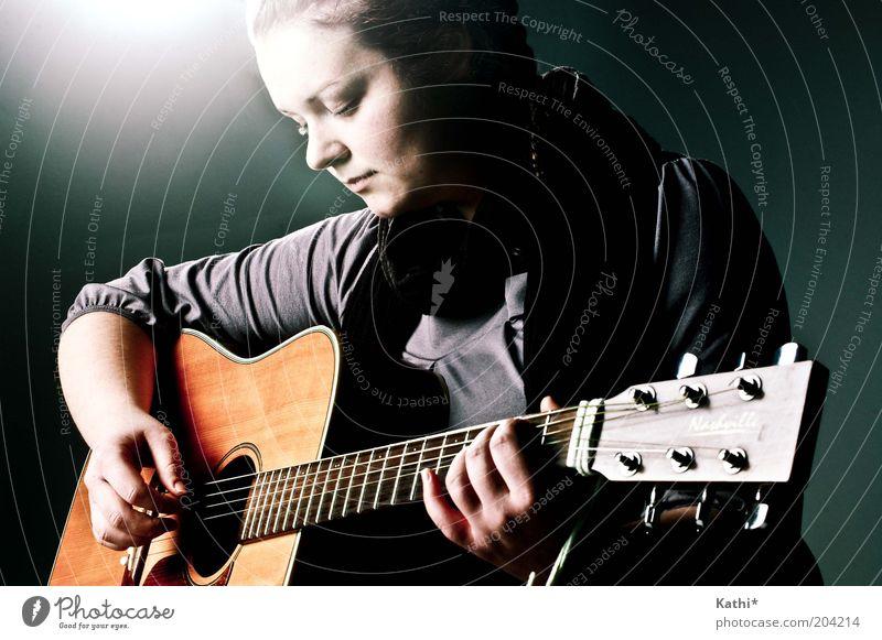 Resting feminin Frau Erwachsene Künstler Musik Musiker Gitarre Spielen träumen elegant nah natürlich schön Erotik grau Ehre Leidenschaft Geborgenheit Vorsicht
