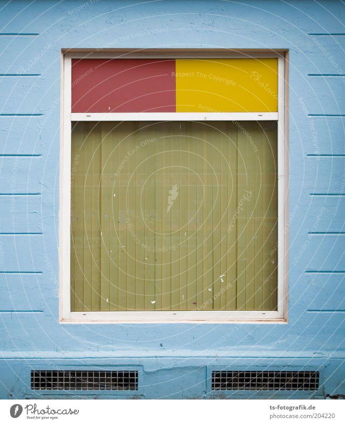 rechts gewinkelt blau rot gelb Wand Fenster Stein Mauer Linie Fassade geschlossen Fensterscheibe Symmetrie Rechteck Jalousie verborgen hell-blau