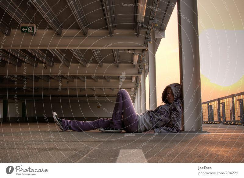 #204221 Mensch Junge Frau Jugendliche Parkhaus Gebäude Jeanshose Pullover Schuhe Erholung liegen träumen Coolness trendy einzigartig positiv schön Stadt