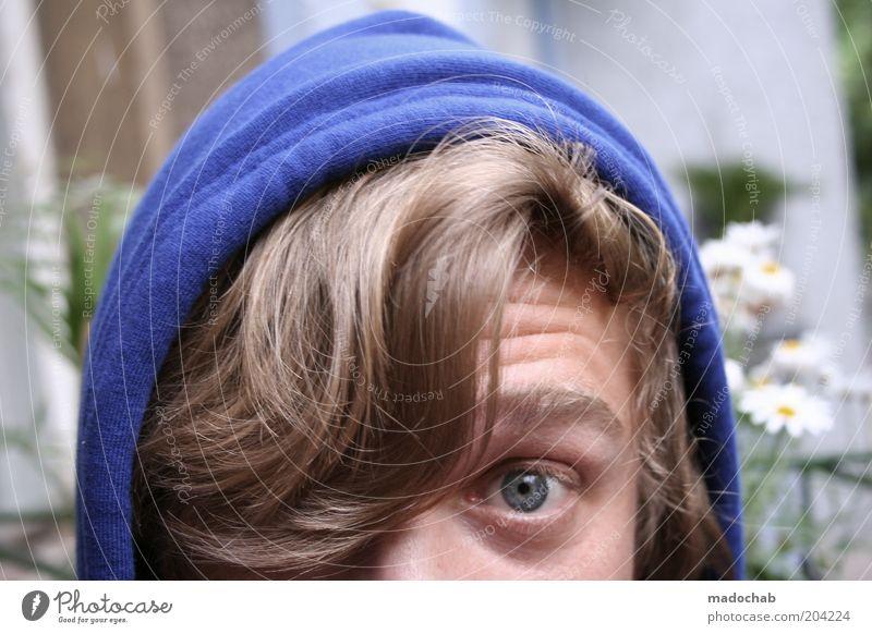 Portrait junger Mann Blickkontakt Leben maskulin Junger Mann Jugendliche Erwachsene Haare & Frisuren Auge 18-30 Jahre Kapuze blond Pony Angst Entsetzen