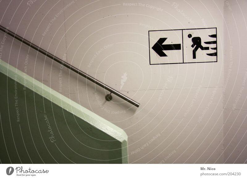 fire exit grün Angst laufen Treppe gefährlich Pfeil Zeichen Richtung Stress Hinweisschild Flucht Todesangst Panik Treppengeländer Parkhaus Keller