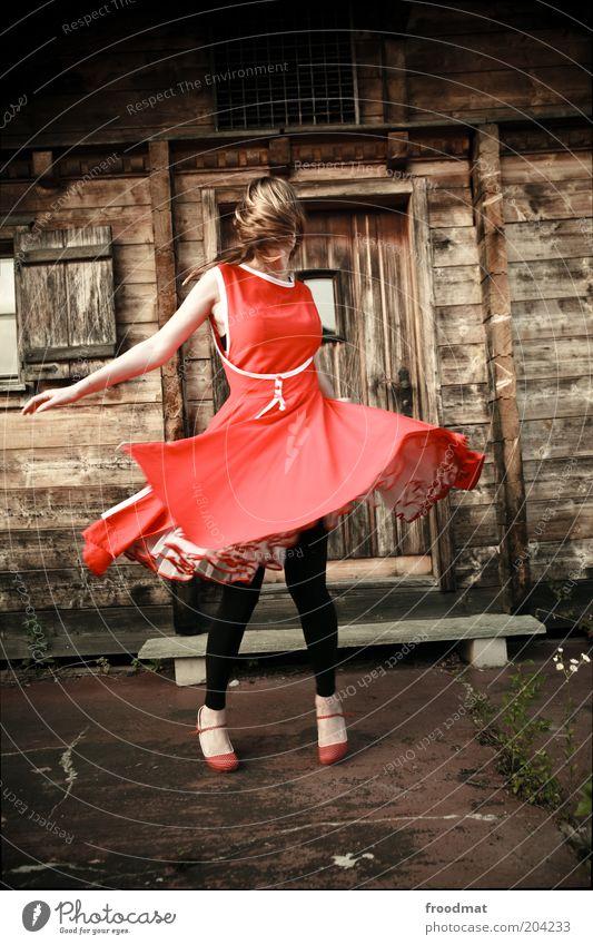 hopp schwiz Mensch feminin Junge Frau Jugendliche Erwachsene Mode Kleid blond langhaarig Feste & Feiern genießen Tanzen Fröhlichkeit trendy schön einzigartig