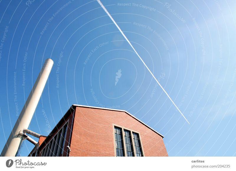 Mit Kanonen auf Spatzen schießen Himmel weiß blau rot Ferne Wand Fenster Mauer Flugzeug fliegen Energie Perspektive Energiewirtschaft Fabrik dünn