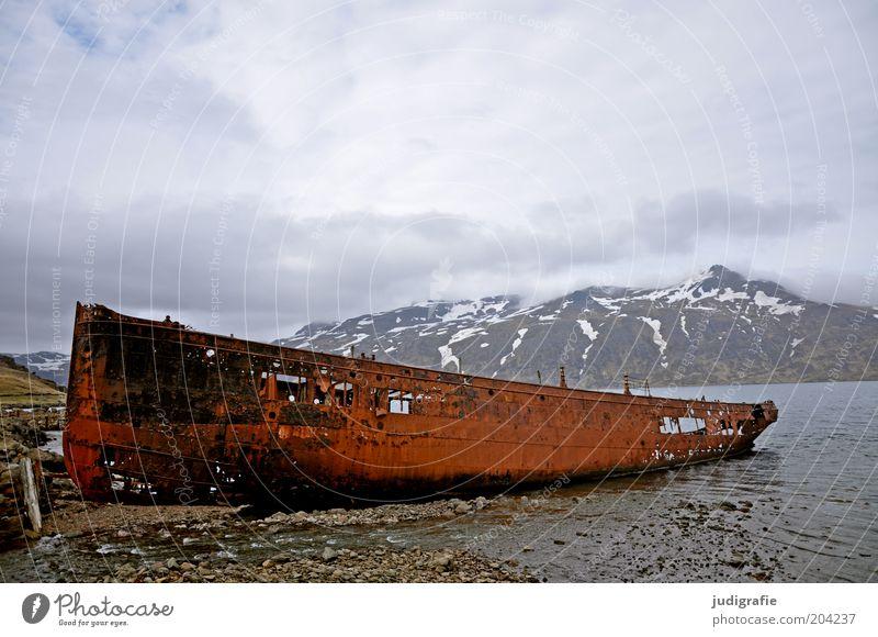 Island Umwelt Natur Landschaft Himmel Wolken Berge u. Gebirge Schneebedeckte Gipfel Küste Fjord Meer Schifffahrt Wasserfahrzeug alt bedrohlich dunkel gruselig