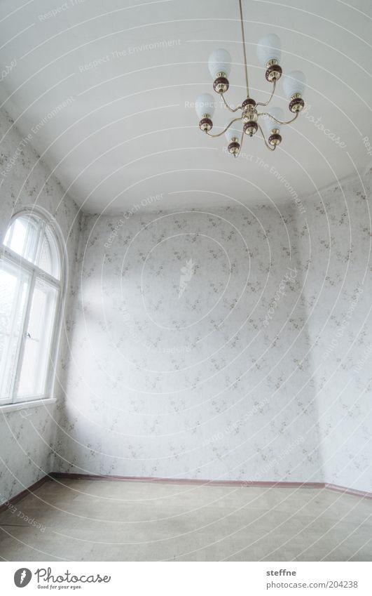 Prunksaal Fenster Raum leer ästhetisch Bodenbelag Häusliches Leben Lampe Tapete Altbau Leerstand Gebäude Kronleuchter