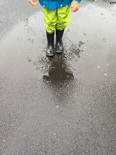 Regenwetter Mensch Kind Natur Stadt Freude Umwelt Straße Lifestyle Bewegung Junge Spielen grau springen Ausflug Kindheit