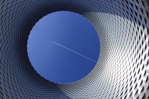 Luft nach oben blau Stadt Architektur Umwelt kalt Gebäude außergewöhnlich Design modern ästhetisch Luftverkehr Europa Perspektive Schönes Wetter Flugzeug Dach