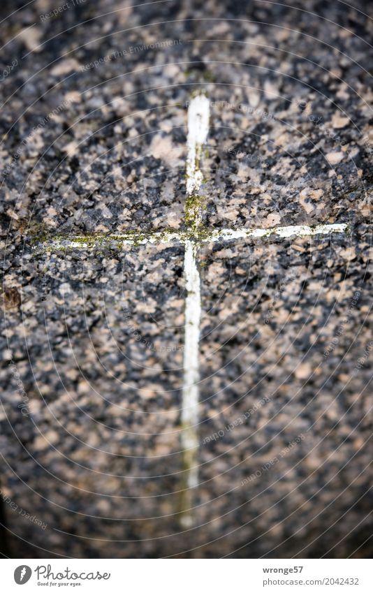Risiko | unausweichlich Stein Zeichen Kreuz alt dunkel Stadt braun grau schwarz weiß Güte Christliches Kreuz Grabstein Erinnerung erinnern Christentum vergessen