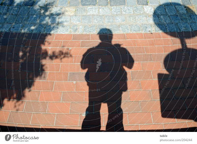 Schattendasein Mensch maskulin Mann Erwachsene 1 Fußgänger Straße Wege & Pfade Verkehrszeichen Verkehrsschild Blick stehen warten dunkel grau rot schwarz