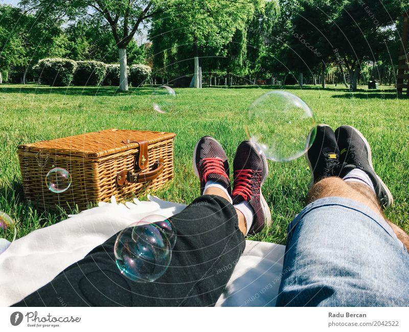 Romantische Paare, die sich im Frühjahr am Picknick-Tag entspannen Mensch Frau Natur Ferien & Urlaub & Reisen Jugendliche Mann Pflanze blau Junge Frau Sommer