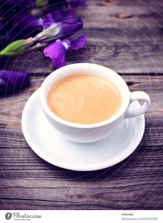 Tasse duftenden schwarzen Kaffee Frühstück Espresso Becher Tisch Restaurant Blume Blumenstrauß Holz frisch heiß oben retro grau weiß Regenbogenhaut purpur Café