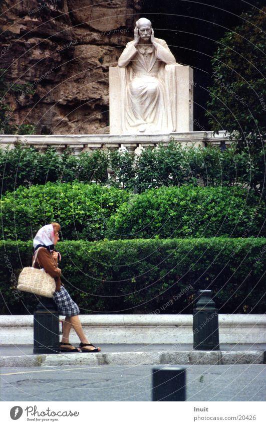 Warten Frau sitzen beobachten Provence Statue Frankreich Langeweile Marseille