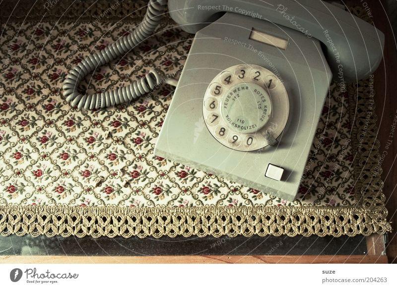 Telefon Telekommunikation Kommunizieren alt retro Kontakt Vergangenheit Notruf DDR kultig Wählscheibe Nostalgie Telefonhörer altmodisch grau Vogelperspektive