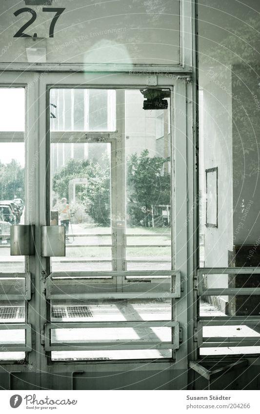 27 Haus Fassade Fenster Tür historisch alt verfallen Unbewohnt Eingang Glastür Griff Ziffern & Zahlen Wohnsiedlung Baum DDR Gedeckte Farben Außenaufnahme