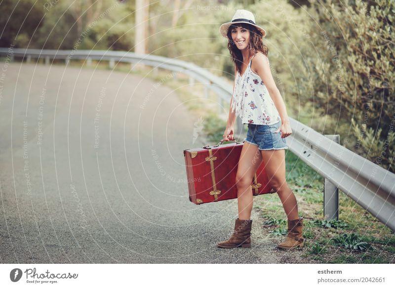 Junges Mädchen mit einem Koffer auf der Straße Lifestyle Stil Glück schön Ferien & Urlaub & Reisen Tourismus Ausflug Abenteuer Freiheit Sightseeing Sommer