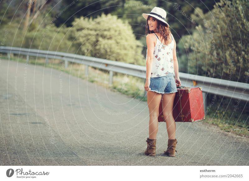 Junges Mädchen mit einem Koffer auf der Straße Mensch Ferien & Urlaub & Reisen Jugendliche Junge Frau Sommer Erwachsene Lifestyle feminin Freiheit Tourismus