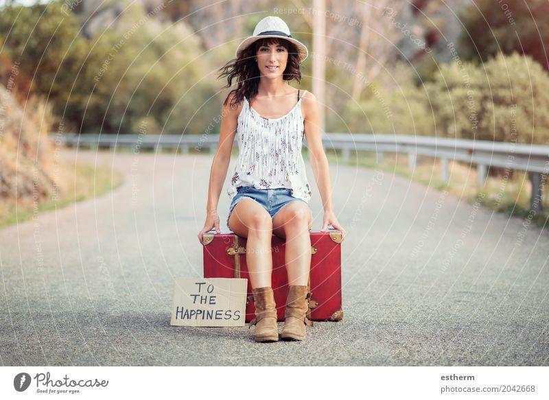 Junges Mädchen auf der Straße Mensch Frau Ferien & Urlaub & Reisen Jugendliche Junge Frau Sommer Freude Erwachsene Lifestyle feminin Glück Freiheit Tourismus