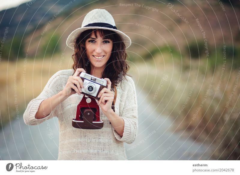 Lächelndes Mädchen mit Kamera auf dem Gebiet Mensch Frau Ferien & Urlaub & Reisen Jugendliche Junge Frau Erwachsene Lifestyle feminin Freizeit & Hobby Ausflug