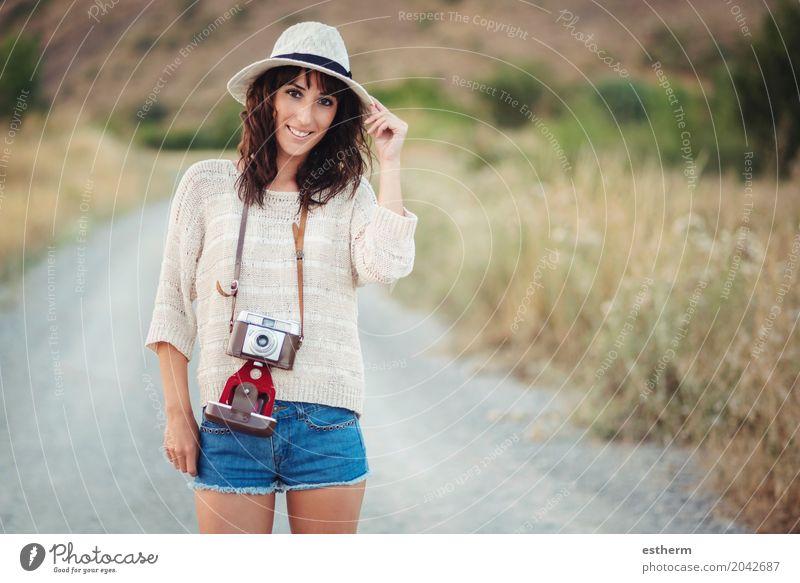 Lächelndes Mädchen mit Kamera auf dem Gebiet Mensch Frau Ferien & Urlaub & Reisen Jugendliche Junge Frau Sommer Freude Erwachsene Lifestyle Freiheit Tourismus