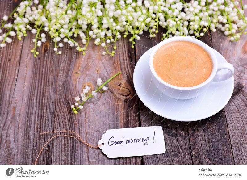 Tasse Kaffee auf einer Untertasse Frühstück Espresso Tisch Restaurant Blume Blumenstrauß Holz frisch gut heiß oben retro braun weiß Café Tag trinken Entwurf