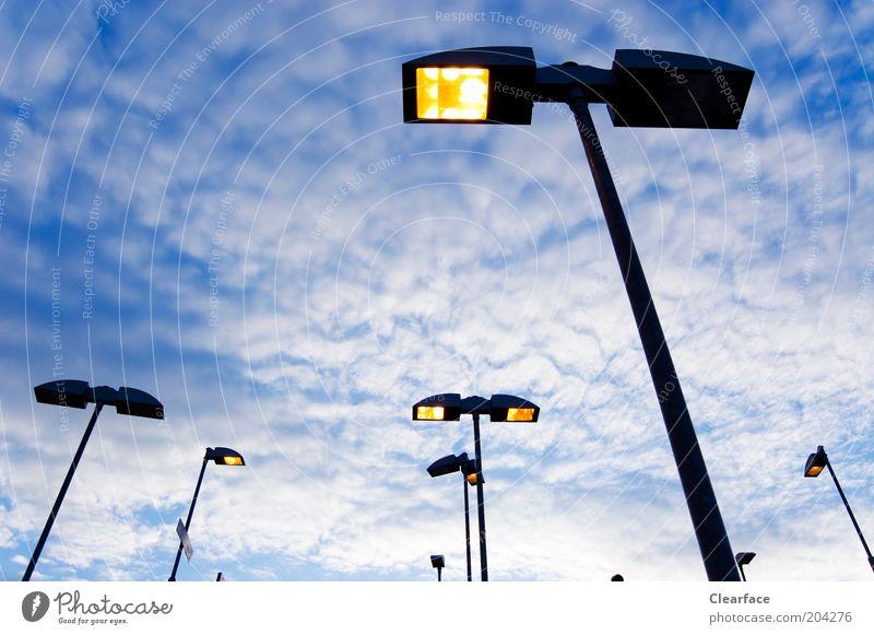 Ausgeleuchtet Hauptstadt Menschenleer Straße Fortschritt Laterne Straßenbeleuchtung Farbfoto Außenaufnahme Tag Dämmerung Licht Froschperspektive Wolkenhimmel