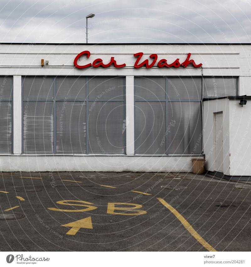 Car Wash rot Haus Straße Fenster Linie Metall Fassade modern ästhetisch Schriftzeichen authentisch Streifen Pfeil Zeichen Wirtschaft Industrieanlage