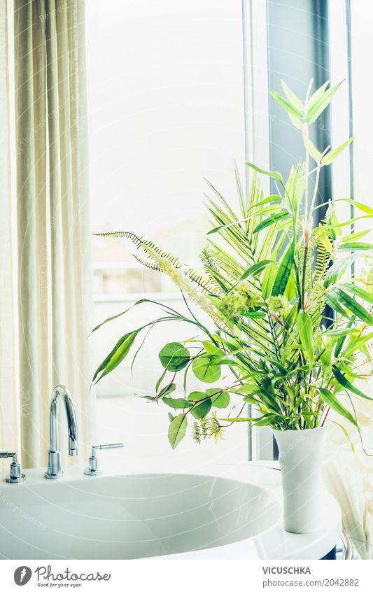 Grüne Pflanzen in weißer Vase im Badezimmer Pflanze Sommer grün weiß Haus Fenster Lifestyle Innenarchitektur Stil Design hell Wohnung Häusliches Leben Dekoration & Verzierung Bad Blumenstrauß