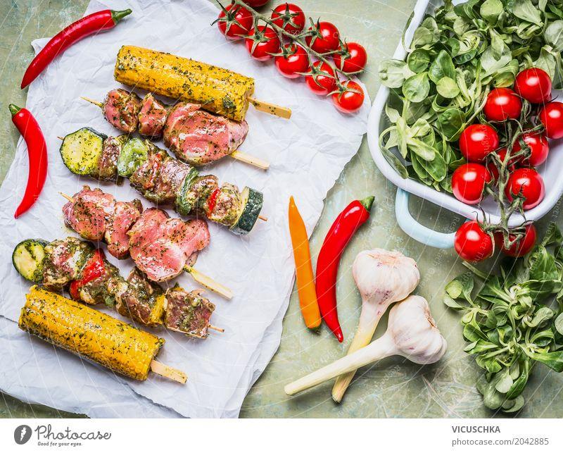 Fleischspieße für Grill mit Gemüse, Maisohren Lebensmittel Salat Salatbeilage Kräuter & Gewürze Ernährung Mittagessen Festessen Picknick Bioprodukte Geschirr