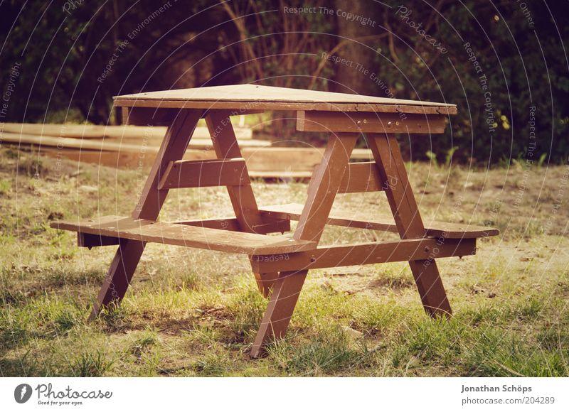 Tischlein deck dich Natur grün ruhig Wiese Garten Holz braun klein Tisch leer ästhetisch Bank Idylle Sitzgelegenheit Dreieck