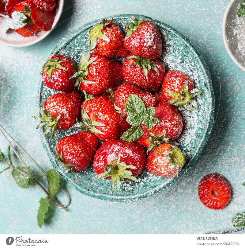 Nahaufnahme von Schüssel mit Erdbeeren Lebensmittel Frucht Dessert Ernährung Bioprodukte Vegetarische Ernährung Diät Geschirr Schalen & Schüsseln Stil Design