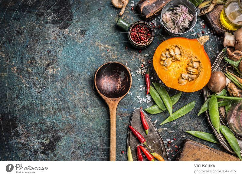 Kochlöffel mit Kürbis und Kochzutaten Gesunde Ernährung Winter Speise Foodfotografie gelb Lifestyle Hintergrundbild Stil Lebensmittel Design Häusliches Leben