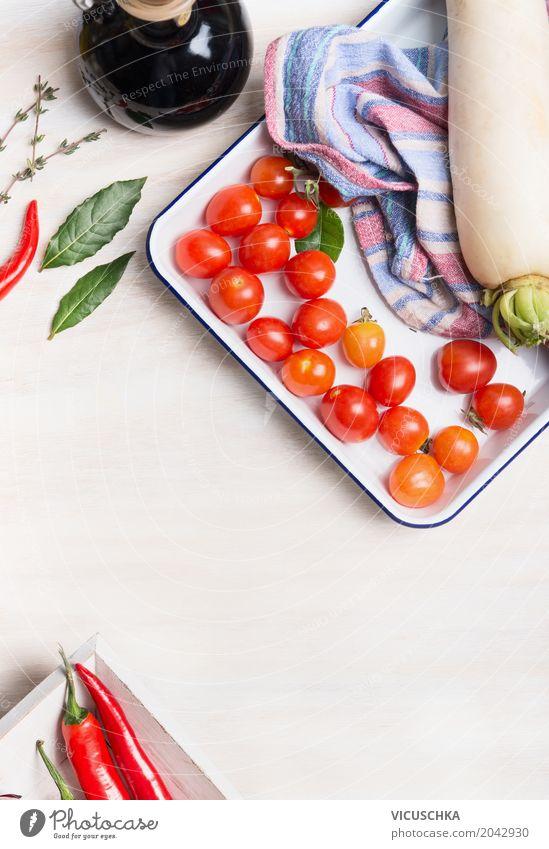 Vegetarische Kochzutaten auf weißem Küchentisch Lebensmittel Gemüse Salat Salatbeilage Kräuter & Gewürze Ernährung Bioprodukte Vegetarische Ernährung Diät