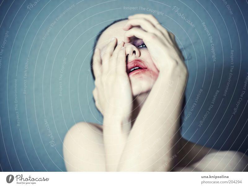 .psyche Schminke Lippenstift feminin androgyn Frau Erwachsene 1 Mensch 18-30 Jahre Jugendliche festhalten kämpfen Blick Umarmen Gefühle Angst Todesangst