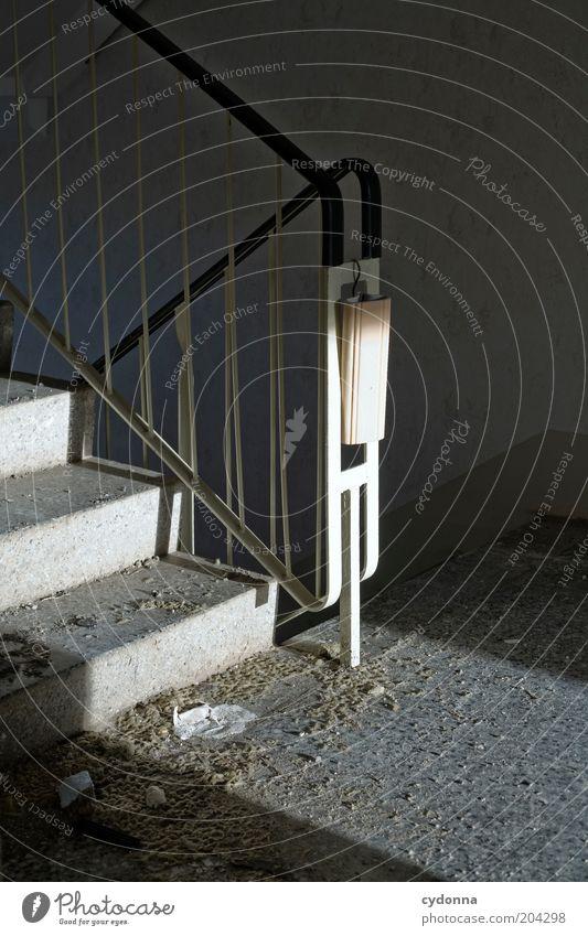 Luftfeuchtigkeit Einsamkeit ruhig Tod Leben Traurigkeit Zeit Innenarchitektur Treppe ästhetisch Häusliches Leben Lifestyle Vergänglichkeit Vergangenheit Verfall Treppengeländer Treppenhaus