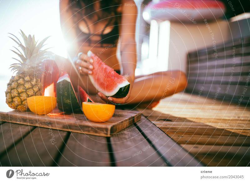 Frau, die frische Wassermelone auf Balkon im Sommer isst Frucht Ernährung Essen Lifestyle Freude Gesunde Ernährung Freizeit & Hobby Sommerurlaub Sonne Mensch
