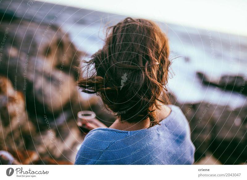 Hintere Ansicht der Frau schauend auf Ozean trinken Lifestyle Strand Meer Wellen Mensch feminin Junge Frau Jugendliche Erwachsene Haare & Frisuren 1 18-30 Jahre