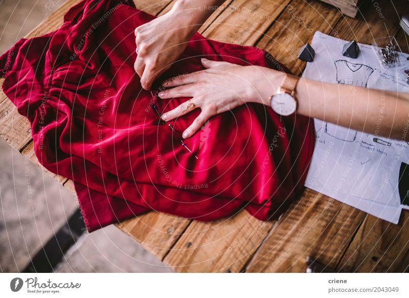 Nahaufnahme des weiblichen Modedesigners, der mit Geweben arbeitet Lifestyle Design Freizeit & Hobby Schreibtisch Arbeit & Erwerbstätigkeit Beruf Arbeitsplatz
