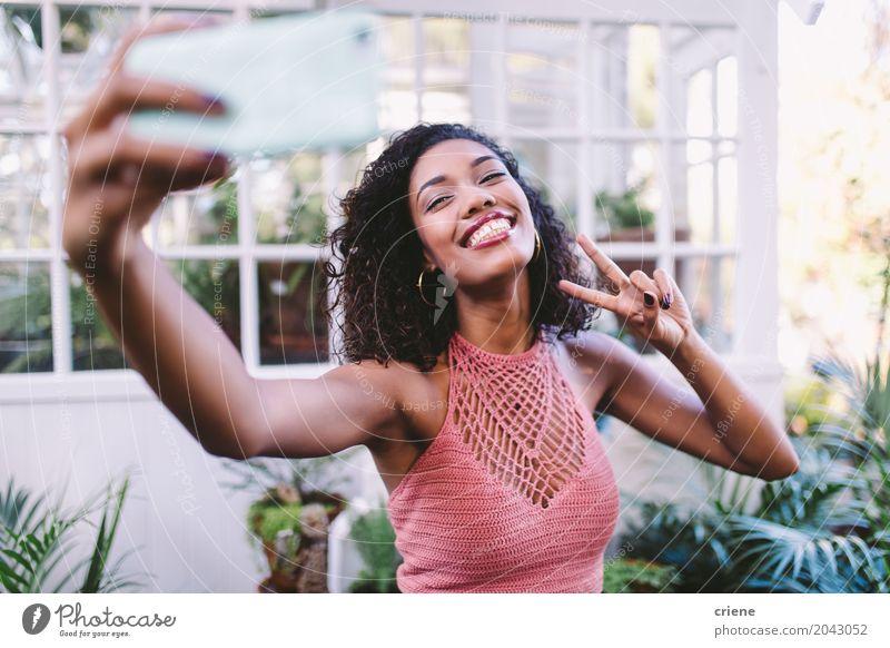 Glückliche afrikanische junge Frau, die selfie mit Telefon nimmt Lifestyle Freude Sommer Garten Handy PDA Fotokamera Technik & Technologie