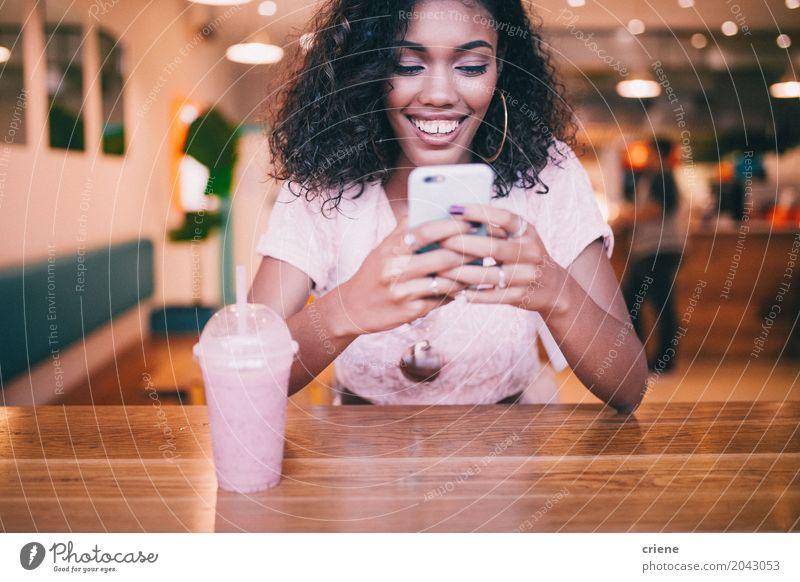 Schreibende Mitteilung der jungen erwachsenen Frau am intelligenten Telefon im Café Lifestyle Freude Handy PDA Technik & Technologie Unterhaltungselektronik