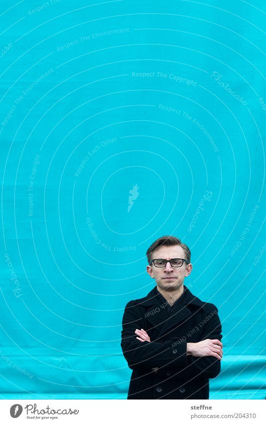 ADIEU LES BLEUS Mensch Jugendliche blau Denken Erwachsene maskulin geschlossen Kommunizieren Brille Porträt Mantel Mann gestikulieren skeptisch verschränkt