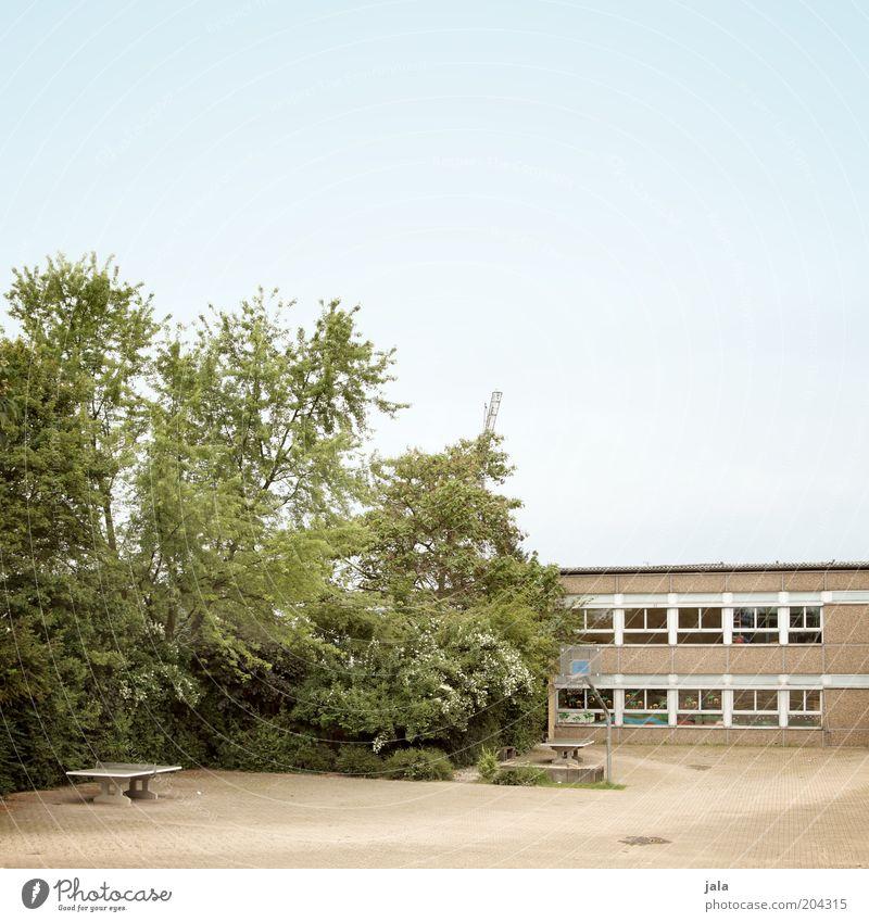mach mal pause... Himmel Baum Fenster Schule Gebäude Architektur Schulgebäude Platz Sträucher Bauwerk Plattenbau Hof Basketballkorb Schulhof Tischtennisplatte
